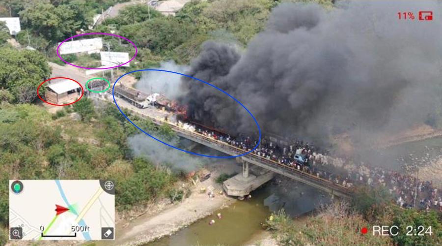 Foto de los camiones incendiados en la frontera con señas del mapa anterior.