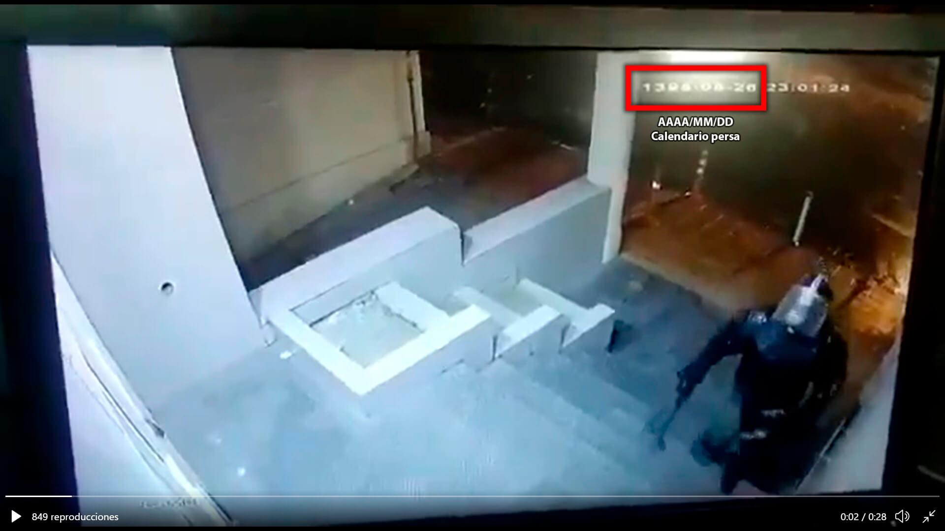 Fotograma de video de policías rompiendo vidrios donde se ve fecha en calendario persa