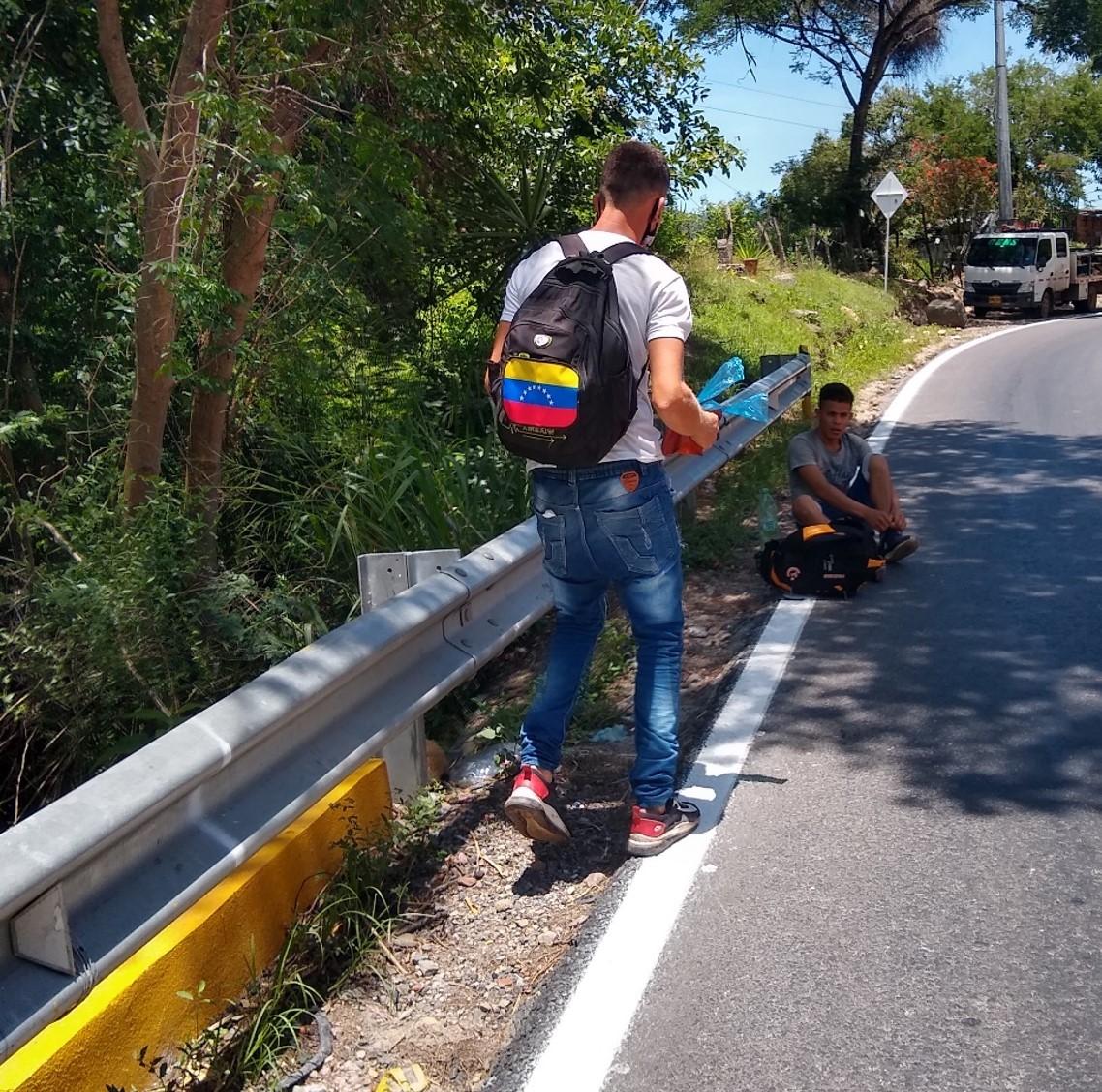 La única solución es caminar, incluso para salir de Venezuela.
