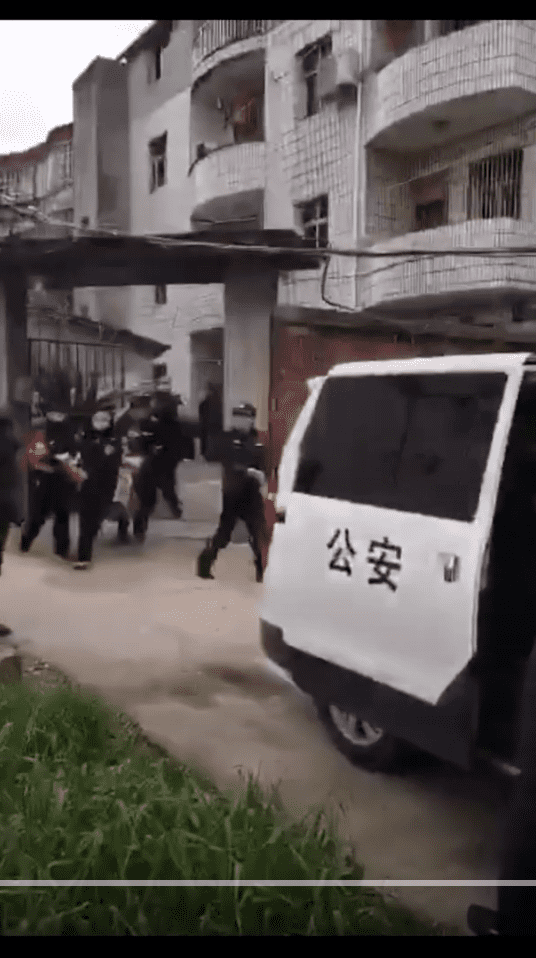 Letras chinas en carro de policía de China