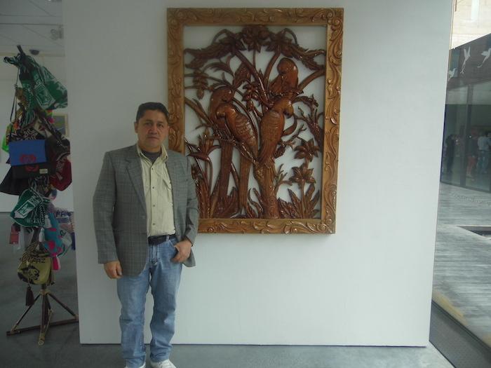 Javier Rivera hizo parte de la Red Urbana Antonio Nariño, perteneciente a las Farc, que operó en la localidad de Usme. En la imagen está al lado de una de las obras que realizó mientras estuvo en prisión. En octubre pasado expuso sus trabajos en el Centro de Memoria, Paz y Reconciliación de Bogotá. Foto: Héctor Vásquez.