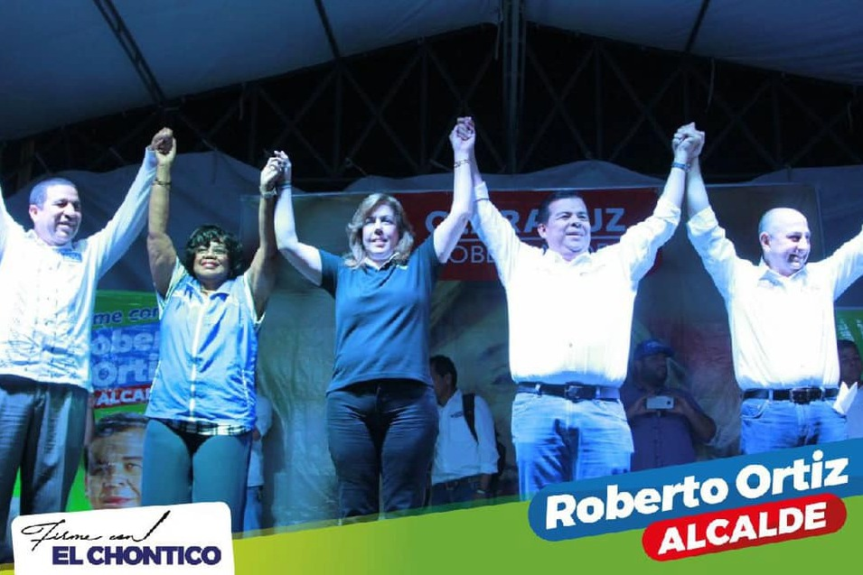 foto original en la que Clara Luz Roldán aparece con Roberto Ortiz