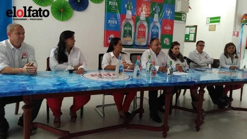 En el lado izquierdo aparece Juan Guillermo Pinilla, director de Mercadeo de la Fábrica de Licores.