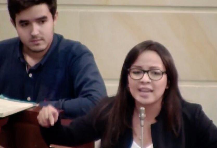 Líder estudiantil Jennifer Pedraza ante el Congreso